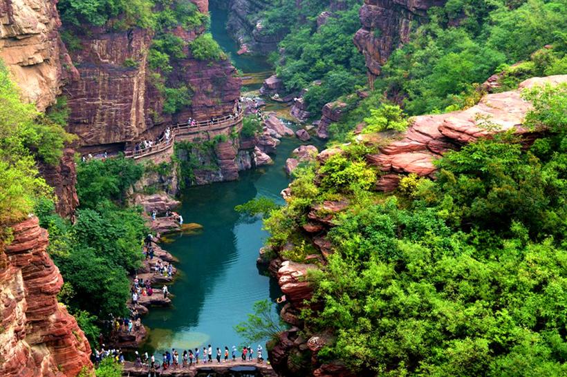 """在景区内任意乘坐大巴到达景点,""""红石峡""""是云台山最著名的景点之一,站"""