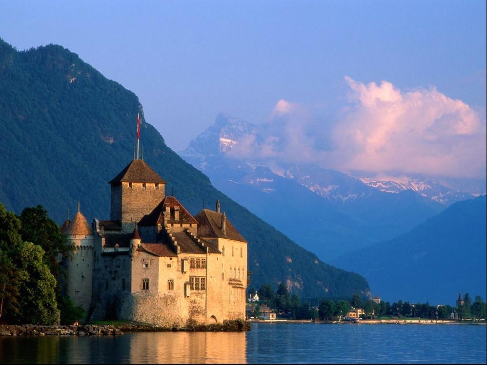 花一整天时间就去看一座古堡,是不是有点无聊? 欧洲的城堡星罗棋布,仅在德国境内,就有两万多座古堡。 在英国,有女王居住的温莎城堡,有完整坚固的华威城堡,有藏有绝世皇冠珠宝的伦敦塔 在欧洲大陆随处可见古城堡的断壁残垣,疾驰的公路上,途中总会遇见那些停在悬崖边上的形单影只的古城墙,它们独自守望着潮起潮落,像遗失了岁月。