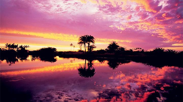没有什么比漫步在海边,夕阳和晚霞在天空相映成趣,情人在沙滩相依相偎