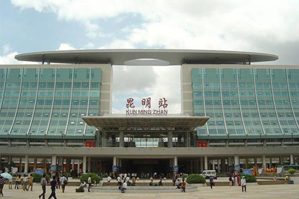 云南昆明火车站尸体_昆明火车站附近的订票地点
