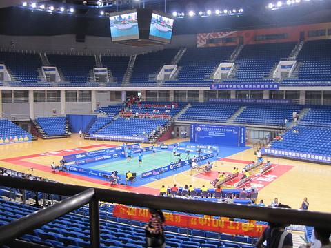 请问青岛体育中心是不是就是国信体育馆?
