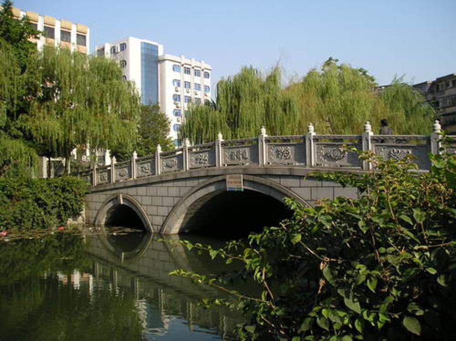 通济桥在佛山有着悠久的历史意义,是佛山最早兴建的第一座大木桥。据专家考证,该桥早期由乡民集资修建的木质人行桥。解放后,佛山马路多次扩建,通济桥下的河涌被改为暗沟,桥面被改为大马路,这一带再也找不到桥的痕迹了。 行通济,无闭翳的谚语在佛山尽人皆知,意思是走走通济,就没有烦恼、忧愁,事事顺利,行通济这一民间活动寄托着佛山人的美好祝愿。