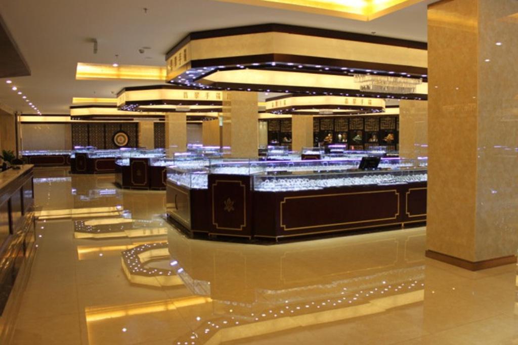 有着豪华大气的装修风格;七千多平米的商场规模