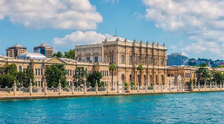 """建筑风格是卢浮宫,白金汉宫与土耳其建筑风格的融合,称为""""奥斯曼复兴"""