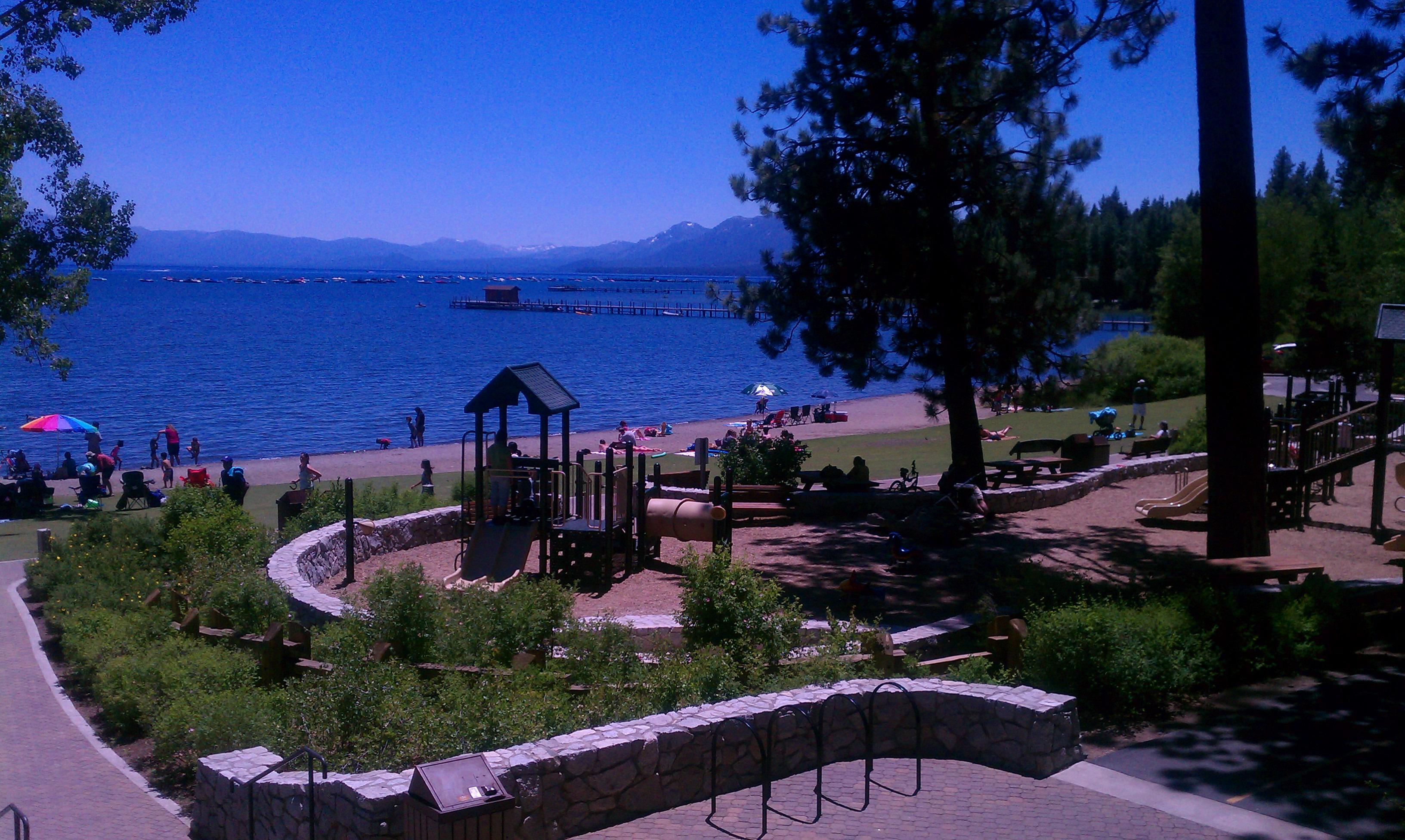 翡翠湾州立公园可以算的上是太浩湖名气最大的景点,所以游览太浩湖一定要去看翡翠湾。驾车沿89号公路抵达Vikingshom停车场,这里就是是翡翠观景台,旁边有一条步行小径,沿着小径可以走到湖边的沙滩。在89号公路的沿途还有许多其他的州立公园,遇到风景优美的公园不如就驶进去,一定不会失望。行驶22英里就可以到达太浩城,太浩湖的一大特色就是赌场,游览了一天晚上在湖边散散步,非常惬意。