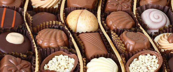 Butlers是1932年创业于都柏林的一家巧克力店,现在仍然是家族企业,已经成为爱尔兰巧克力大王。巧克力造型多样,口感甜软,包装漂亮,价格合理,是送礼佳品。顾客可以根据自己的喜好选择牛奶巧克力、黑巧克力、白巧克力、松露巧克力或威士忌巧克力的口味,并且有无蛋配方,无麸质配方,素食配方等多样化的选择。