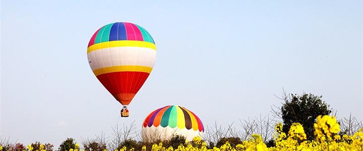 驾驶热气球的工作人员也是专业跳伞队和飞行人员