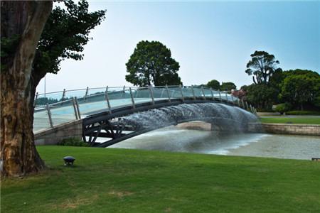 傍水的月圆园雕塑公园坐落于上海佘山国家旅游度假区
