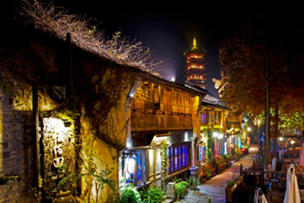 每个古镇都会有这样一条酒吧街,不同的是,在乌镇,这样的一条街会留下