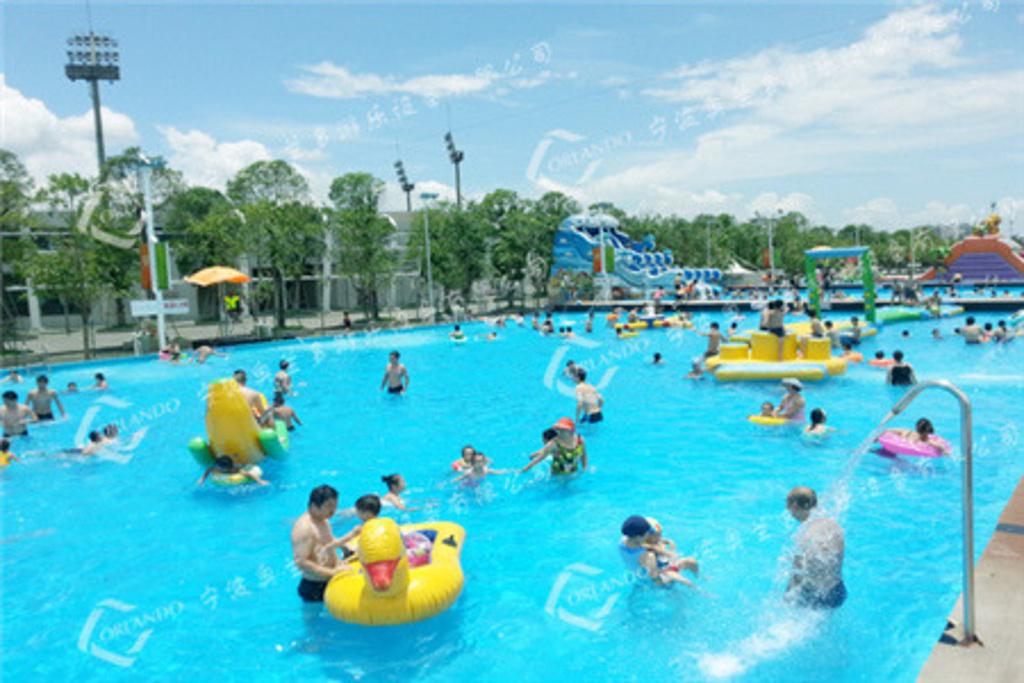 杭州奥兰多水上乐园致力于做最具安全性、娱乐性、高品质的水上乐园品牌,总体来说它是最安全、最清洁、最欢乐的水上乐园。让您在体验快乐的同时,感受到地中海异国风情的浪漫与激情。快来加入快乐之旅吧!来杭州奥兰多水上世界体验梦幻装置海底世界;惊险刺激高空水上滑梯;游泳培训与嬉水相结合游泳池;还有让您惊魂落魄的各种充气游乐设备,所有的水上娱乐项目使您目不暇接!
