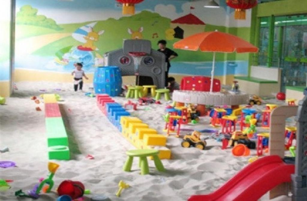 儿童乐园是专为0-10岁儿童量身设计的室内儿童游乐园,场地很大,通过科