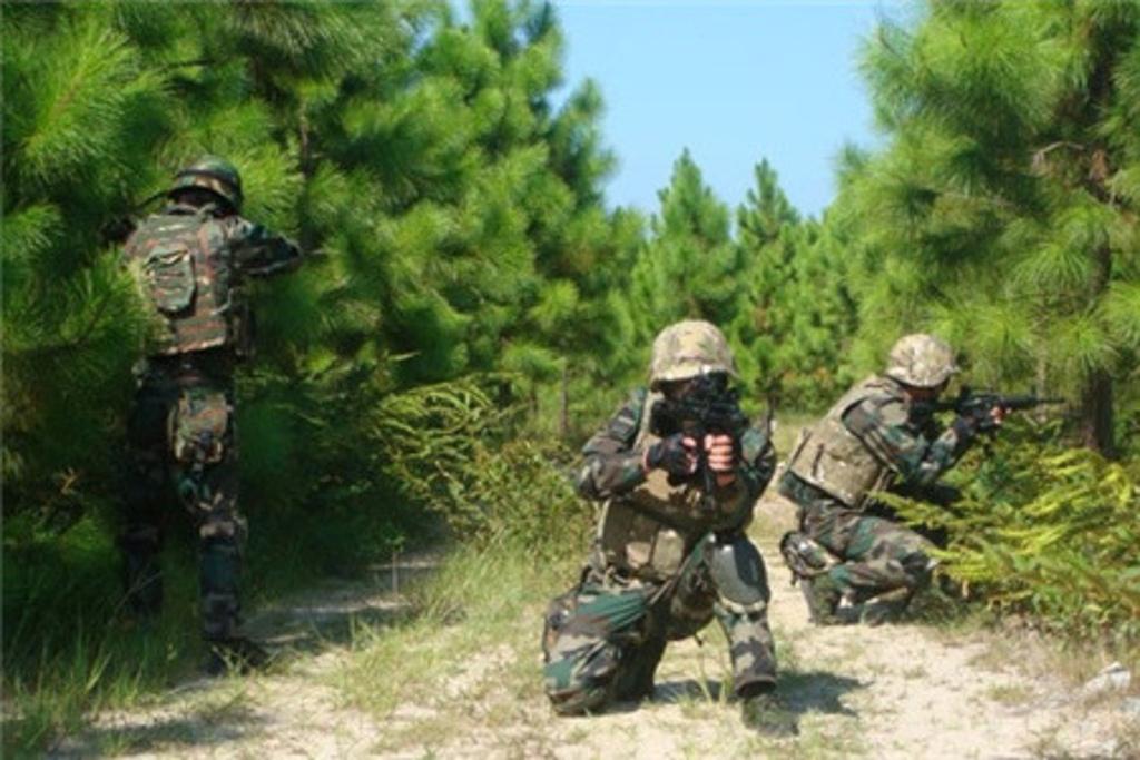 """番禺真人cs野战拓展基地位于广州市番禺化龙大道,基地以组织专业性户内外野战,真人cs、专业军式训练、军事竞技活动和休闲娱乐为一体的体验式服务机构。该基地采用当今国际最先进的气动式彩弹枪,利用彩弹气枪和彩弹进行人与人的对抗射击,使参加者在有保障安全的条件下,体会和领略真枪实弹、""""战场撕杀""""的感受。 环绕战场音效,全基地视频监控,以及国内最逼真的野战场景,一站式优质的服务,让您的身心在这里得到最彻底的放松。尤其它可以锻炼参加者的体能、意志、思维、反应和团队合作精神,同时,它也是目前流行的"""