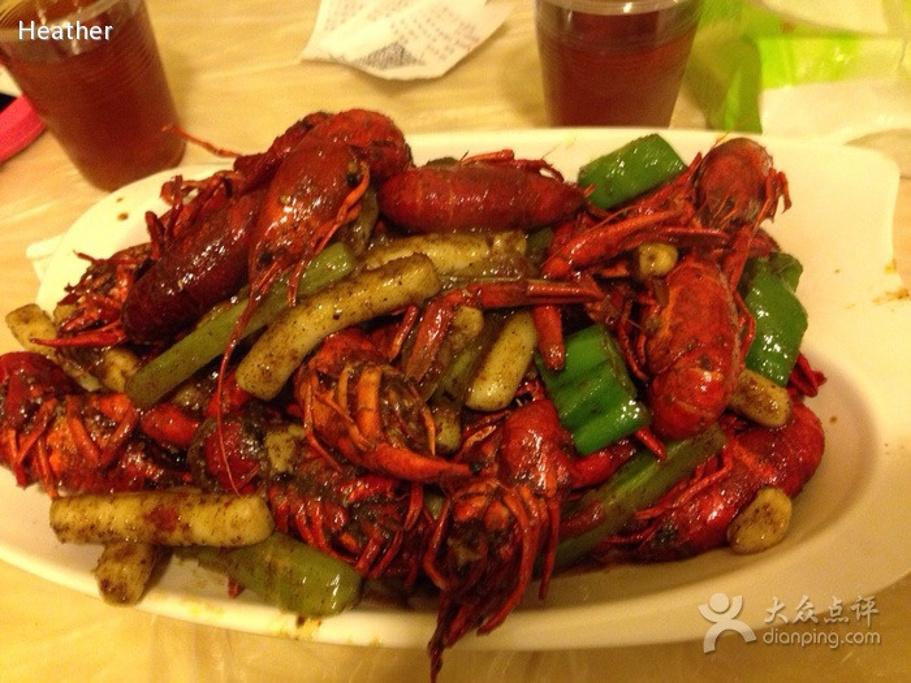 寿宁路破是破得来,但人气哈旺,龙虾馆一家接一家。红梅共3层楼,龙虾分不辣、微辣、中辣、重辣四种,没有去头,不过都蛮新鲜的,烧得入味,肉嫩且紧,吃到后面还尝得出奶油香。濑尿虾比较撮气,太难剥了。想吃附近烧烤的话,可以请服务员帮忙去买,省了自己排队。