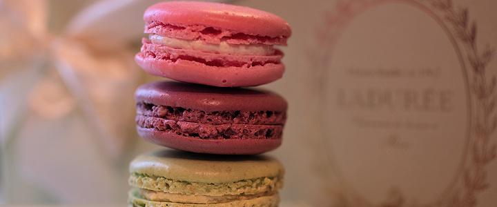 马卡龙是法国甜品中的贵族,价格昂贵。虽然看起来就像夹心小圆饼,但吃起来绝对没那么简单。轻轻咬一口,酥软绵密,夹心的配料溢出各种不同的香味,美妙的口感在味蕾上温柔绽放,恰似一股幸福的滋味涌上心头。马卡龙的美味,妙不可言,哪怕是吃过的人都难以形容。