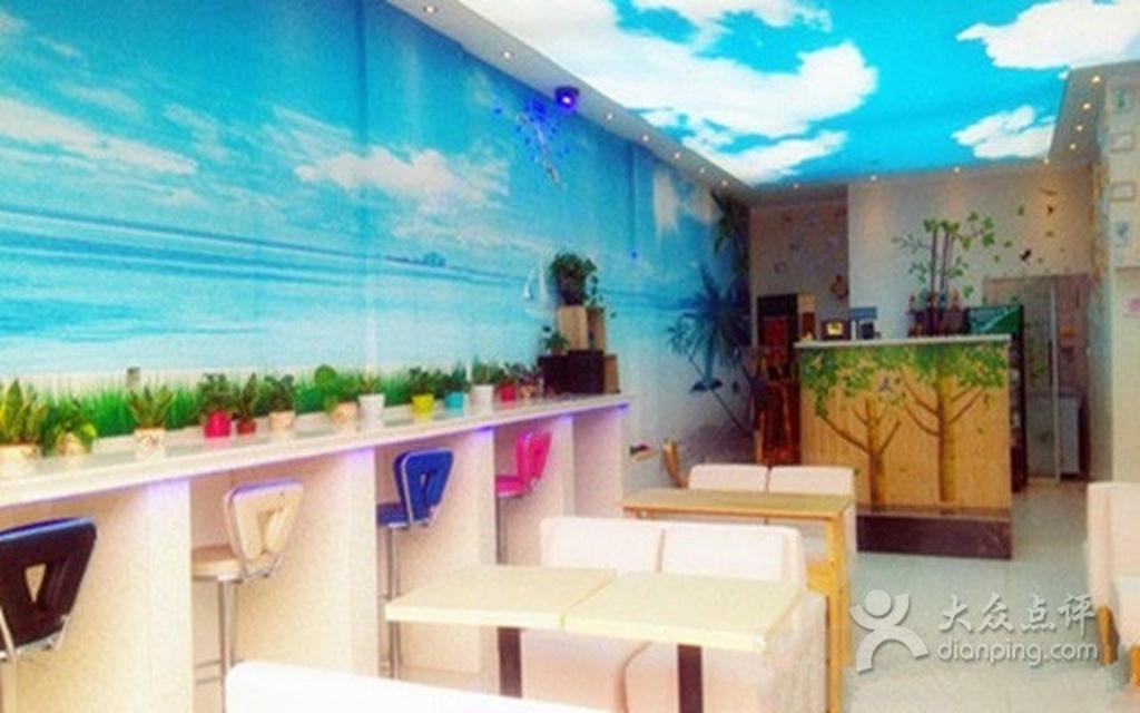 房顶比较低的冰淇淋店装修图片