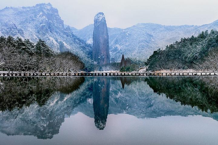 景区主要山峰鼎湖峰在雨后会变得雾气弥漫,有薄云在山中浮动,真似仙境
