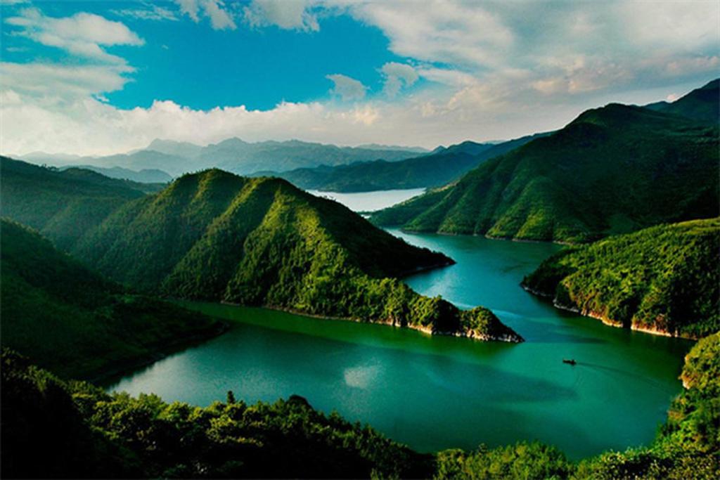 景区内分别由葫芦岛,七星岛,梅坑底,洞背洞等自然景观构成.