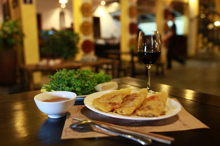 """""""餐厅的装修模仿越南古代传统民居:红灯笼,."""