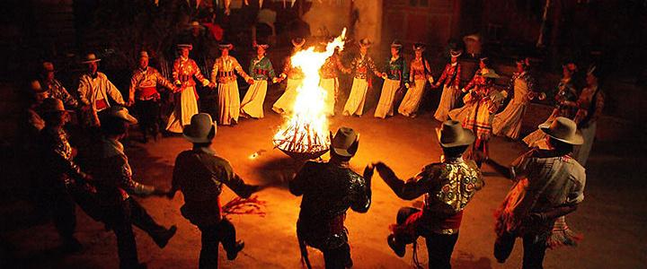 篝火晚會一般是在晚宴之後舉行,地點多選擇在空曠的場地,首先請遠方的客人點燃篝火,然後身着豔麗民族服裝的姑娘、小夥子們便和賓客一起圍繞篝火載歌載舞,馬頭琴,藏族歌曲,鍋莊舞。還有烤全羊、青稞酒和酥油茶,這便是醇厚的藏、羌文化盡緻表現的精髓。