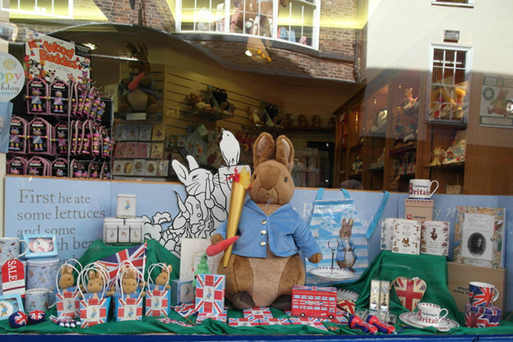 """彼德兔在英国的地位就像是""""猫和老鼠""""在美国的地位一样,是英国传统的动画卡通人物。彼得兔的经典造型就是一直很可爱(萌死了)的兔子拿着一根红萝卜的样子。这家英国传统毛绒玩具店是给小朋友礼物的首选。"""