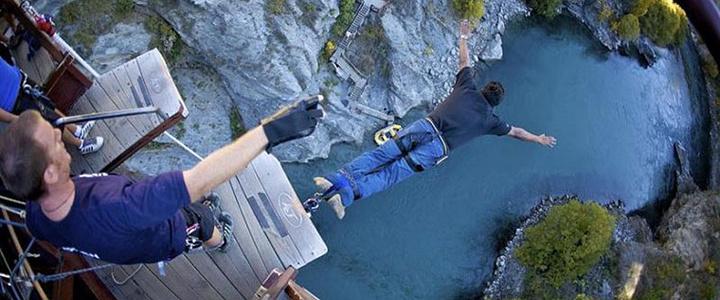 卡瓦劳蹦极中心(Kawarau Bungy Centre)是全世界蹦极的发源地。1988年11月,在43米高的卡瓦劳 大 桥(Kawarau Bridge) 上,新西兰的亨利凡阿希(Henryvan Asch)与 AJ  哈克特(AJ Hackett)创造了这种新西兰独有的旅游项目,并从此风靡全球。蹦极中心向游客免费开放参观,自己不敢尝试的话,可以先看看别人是怎么蹦的,听听刺激的尖叫声! 可以参考网站:
