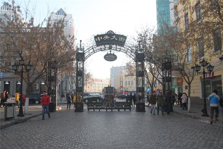 从哈尔滨火车站乘坐64路公交车至哈一百下车