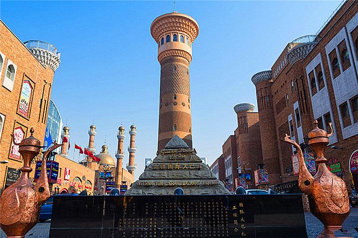 乌鲁木齐市新华南路上二道桥附近的国际大巴扎当然是首选,民族特色