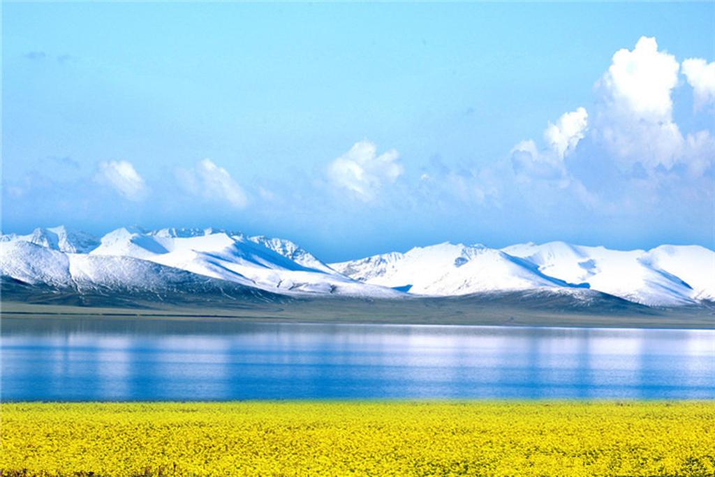 青海湖面积达4456平方公里,环湖周长360多公里,比著名的太湖大一倍