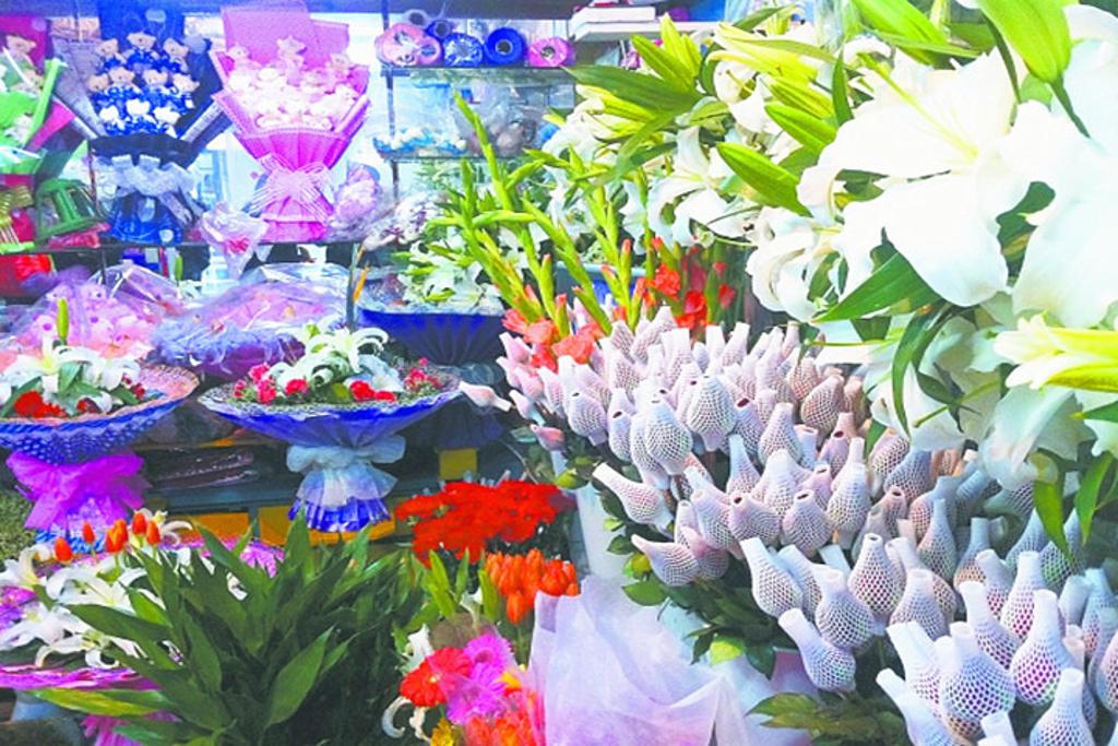 购爱礼(虎丘路鲜花店)店内鲜花花束种类丰富齐全,有玫瑰花,百合花