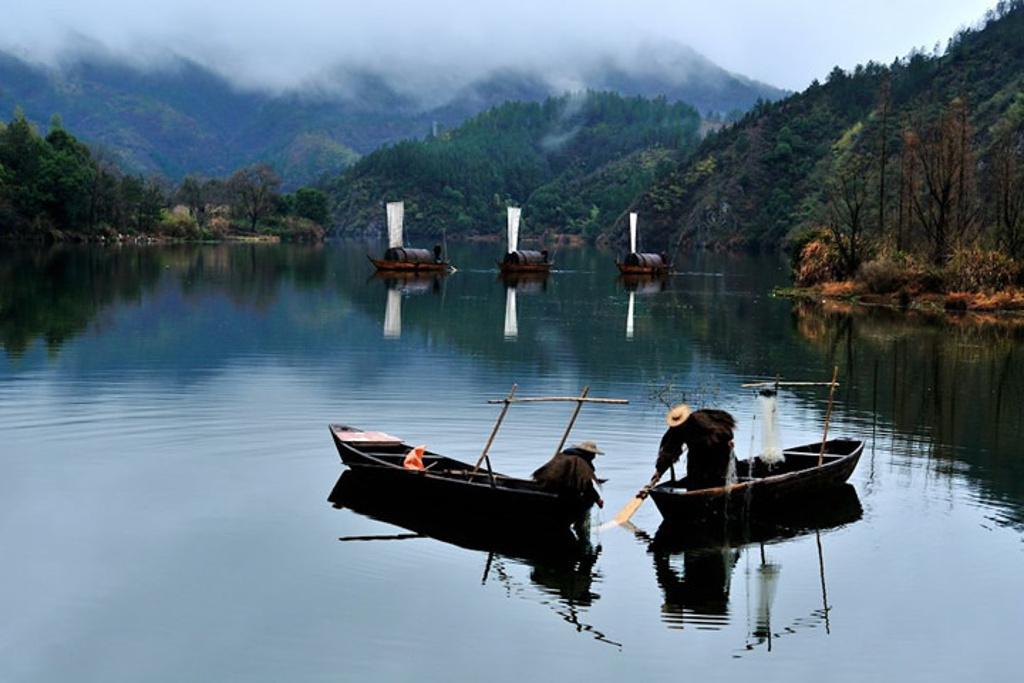浙江瓯江源文化旅游发展有限公司于2015年12月03日成立,(其前身是浙江留槎洲旅游开发有限公司于2007年7月20日成立)。公司是市委市政府重点旅游招商引资项目,旨在打造国家AAAA级旅游景区,该景区即丰富了龙泉的文化旅游内容,也满足人们对休闲、养生、旅游相结合的新型旅行愿望。瓯江源景区距绿野山庄约4公里,八百里瓯江发源于此,有高山草甸、小天池等著名景观。春暖花开之时,遍地漫谷的小花,星星点点,漫没于千顷草甸之间,给人带来无尽的遐想。金秋时节,你可领略到天苍苍,野茫茫,风吹草低见牛羊的草原风光。那瓯江