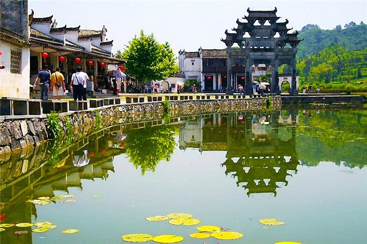 西递与宏村不同,每一座老房子都有其历史故事,所以最好雇一个导游或者
