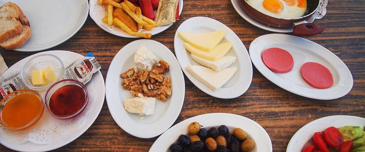 在土耳其人的早餐里,最重要的茶,如果没有一壶好茶,他们是咽不下面包
