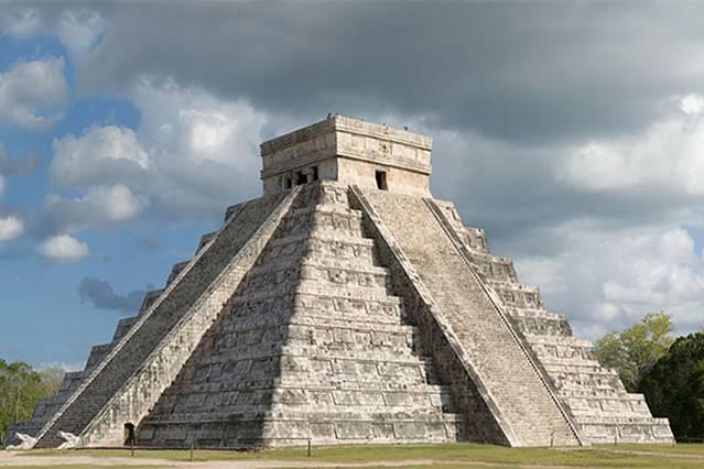 胡须男人神殿Templo del Barbado 最北面的建筑是胡须男人神殿。因为在后面的墙壁上有一个稍大的方砖,上面依稀可见一个留着山羊胡的男人,这是一位玛雅的先人,有点尧舜禹的意思。他长相异于普通的玛雅人,玛雅男人极少有长出山羊胡子的,他带领玛雅人开疆拓土,发展农业生产,盛极一时。有天他预感自己大限将至,便独自离开,临走之前嘱咐说许多许多年之后,会有一群跟我长得很像的人再次来到这片土地上,带领你们。正是这句话,当西班牙人入侵时,玛雅人看到很多留着山羊胡的男人,心中不免有一种宿命之感。这里还有雕刻精美的