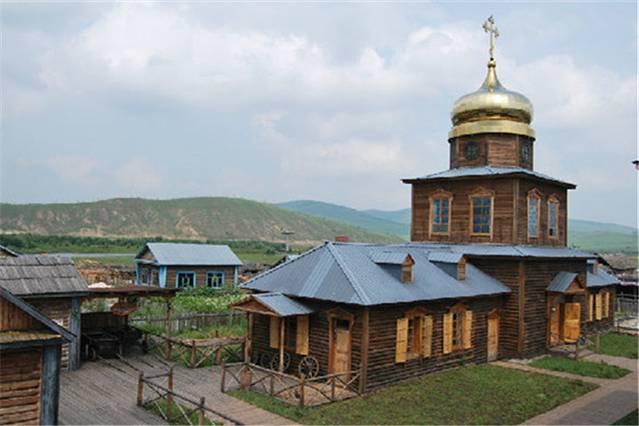 恩和去过两次,每次都住孙金花家,那时候还没有什么评价, 只能靠无敌的百度晒出来所有评论,点击率最高的就是孙金花家,最终选择的原因,是有人说他家的菜做的好吃。恩和是呼伦贝尔地区的一个俄罗斯族的村落,隶属于室韦乡,俄罗斯族大多聚集在附近。俄罗斯族到我们看到的一代,有很多都是俄罗斯族跟汉族,或者俄罗斯族跟蒙古族的混血,外表是外国人的样子,说着一口流利的普通话。不过房子跟食物却还保留了很多俄罗斯的习惯。 这家的房子是木刻楞,不过也是改良过后的,非全木质结构,大多数是砖混结构,外面钉上桦木,再刷上鲜艳的颜色。房价3