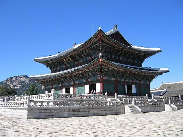 【简单介绍】景福宫为朝鲜半岛历史上最后的统一王朝李氏朝鲜的正王宫。参观过的人都会用它与故宫比较,我也不例外,它的确没有故宫宏伟,不过它也有它的故事,以历史为背景,多多包容它吧~喜欢历史的朋友,还是非常值得过来参观一下的,它的建筑有很多中国的元素,例如房檐上会有以中国西游记师徒为原型的雕像,快来这里寻找吧~【开放时间】 9:00~18:00(韩国时间) 【地址】首尔市钟路区世宗路1号 。【交通】地铁3号线景福宫站5号出口出来步行5分钟即到,出口出来后向左直走,穿过广场后前方就是售票处,也有语音向导租赁处。另
