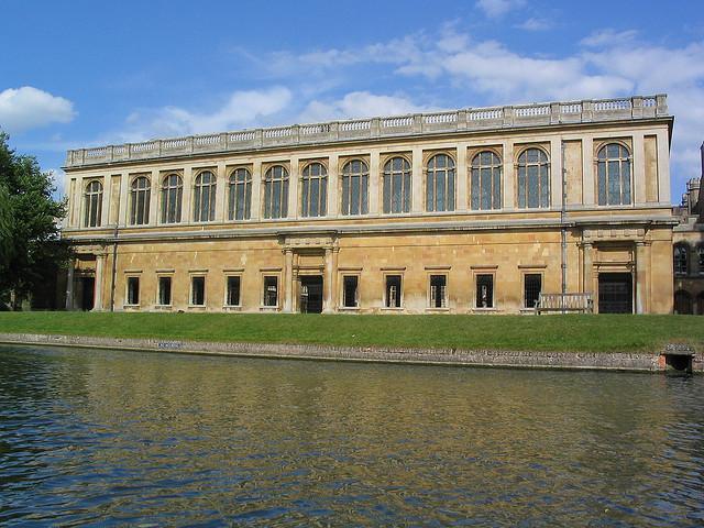 雷恩图书馆建成于1695年,由著名科学家、建筑师Wren设计,并以自己的姓氏命名。图书馆位于三一学院内,穿过学院大厅就能到达。图书馆内收藏有莎士比亚早期的版本、维特根斯坦的笔记本、小熊维尼的手稿以及牛顿的头发、用过的手杖和笔记本等等。游人可以进入图书馆参观,但务必要保持安静。