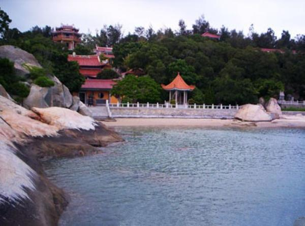 位于东山岛东南部,是东山开发最早的景区,马銮湾湾长2000多米,纵深
