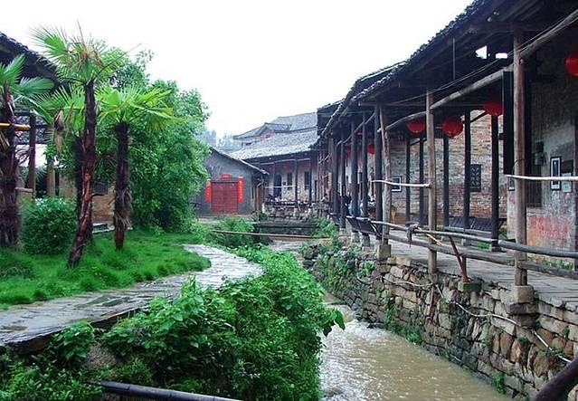 张谷英古村,位于湖南岳阳以东的渭洞笔架山下,地处岳阳、平江、汨罗三县市交汇处,为中国保存最为完整的江南民居古建筑群落,至今已存在了500多年。为全国重点文物保护单位以及中国历史文化名村。建议在张谷英村的话,最好是一日游,早上出发,晚上回到岳阳,不要在张谷英村里住宿。因为张谷英虽然来说是一个风景区,但是开发算不是什么很到位吧,住宿环境十分差,基本上一点也满足不了一般的需求而且价格也是很不合理。可是正是开发不是什么很到位,张谷英村却还是保持着原汁原味。 但是对于我们来说,主要是为了吃张谷英的美食,所以才来到张