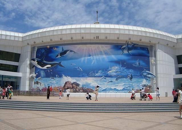 它犹如一只蓝色的大海螺,座落于北京动物园长河北岸,镶嵌在绿树花丛之