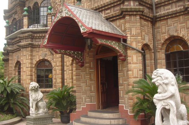 马勒别墅坐落于幽静的陕西南路上,占地面积5000余平方米,是上海市第一批优秀近代建筑、市级文物保护单位。这一栋梦幻城堡之所以存在,要得益于马勒的小女儿,据说她一天夜里做了个梦,梦见一幢童话格局的大房子,于是她父亲马勒便根据女儿梦中所见的样式造了这栋别墅,所以我们在参观欣赏的同时,处处都能感受到浓浓的父爱。从人民广场出发乘坐127、49或地铁一、二号线即可到达,远远就能望见这栋与周边环境格格不入的建筑矗立在路口,高高低低,凹凸变化,绚丽极致,仿佛置身童话世界。进入别墅,大大小小房间各具风格,装修精美。
