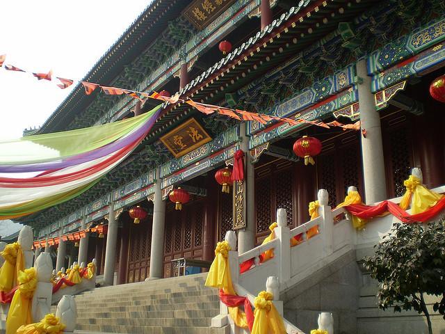 始建于1932年,1945年全部… 湛山寺位于青岛市市南区香港西路,太平山