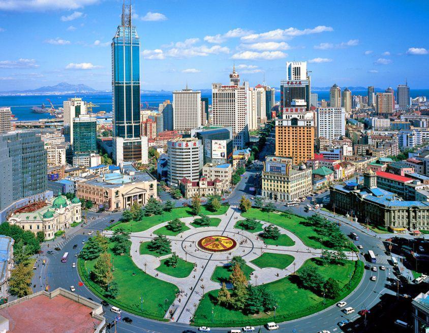 位于大连市中山区,初建于沙俄占领时期,当时称尼古拉耶夫广场,是用沙皇尼古拉二世的名字命名的。日本占领时期称大广场。解放后为纪念孙中山先生,改名为中山广场。因为四周装有高级音响,每天定时播放世界名曲,所以又称中山音乐广场。 广场呈圆形辐射状,有10条大路从这里向四面八方辐射。广场周围建筑大多建于本世纪初,有罗马式的、哥特式的、文艺复兴风格和折衷主义等,欧味很浓。玉石铺装的中心圆台典雅醒目;广场周围的建筑多是日俄时期修建,这些建筑现大部分被金融机构使用,所以也是大连市的金融中心。广场对面是三星级的大连宾馆,建