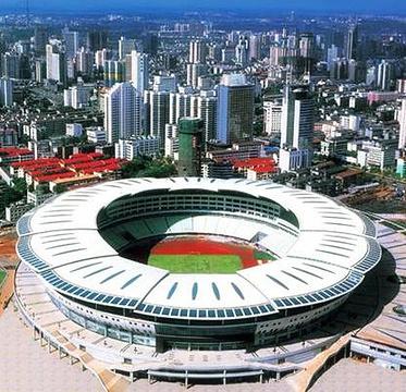 体育馆坐落于长沙市侯家塘,南街劳动路,东临芙蓉路,西北与贺龙体育场