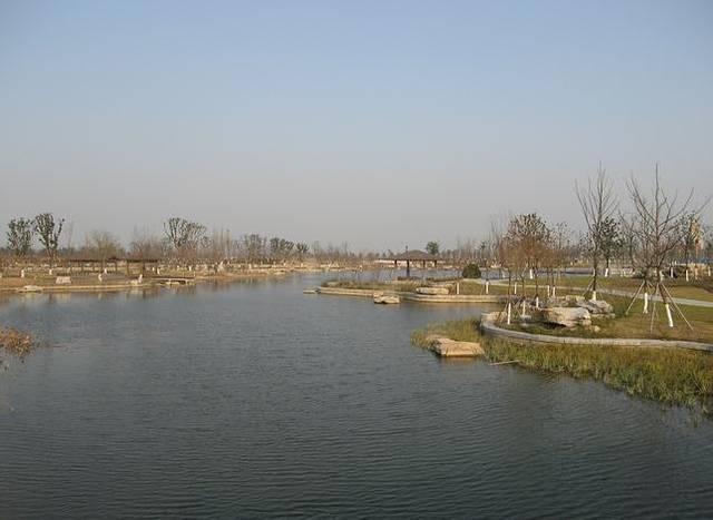 阳澄湖分为东湖和西湖,莲花岛刚好在中间,以此隔开.