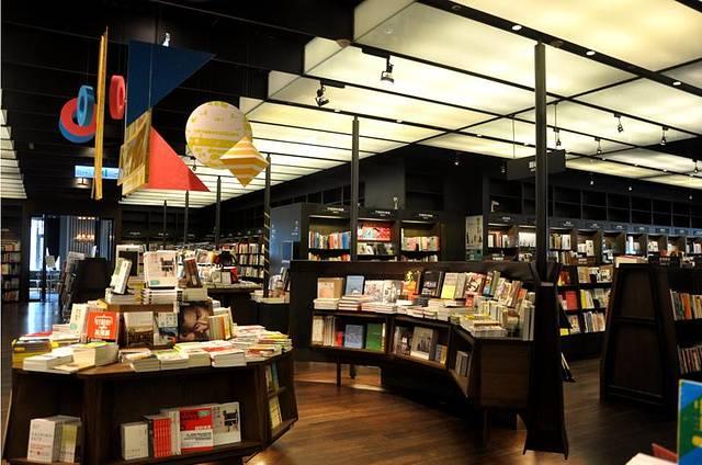 一说起诚品,无人不知,无人不晓,它以书店为核心,将人文,艺术,创意,展图片