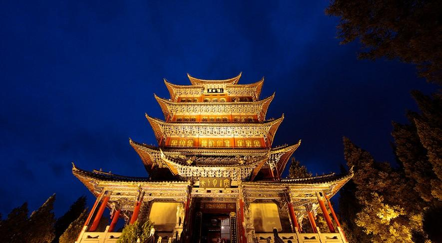 万古楼是塔式五重檐全木结构建筑,高33米,主柱16根,通天22米,重点最后
