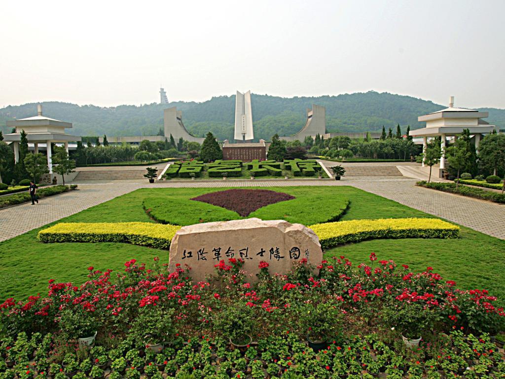 江阴市渡江战役纪念馆座落在江阴市革命烈士陵园内,地处风景秀美的黄