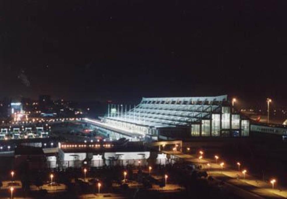 空港快线 空港快线提供了厦门轮渡、梧村汽车站、厦门北站、五通码头等地点往返高崎机场的交通服务。 运营时间:5:30-到达航班结束 电话:0592-5708275  (以上信息来源于厦门国际机场官网,具体情况请询问现场调度。) 公交 乘坐公交27路、37路、41路、81路、91路、312路高峰、公交机场专线可以抵达【候机大楼】站。  (以上图表来源于厦门国际机场官网介绍:http://www.