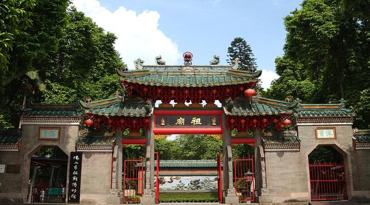 祖庙是佛山标志性旅游景点,建筑里面装饰工艺精湛,曾被誉为