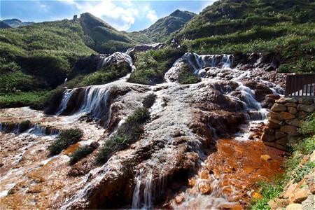 先到黄金瀑布,然后从瀑布沿着盘山公路往下走15分钟,就可以到其余景点